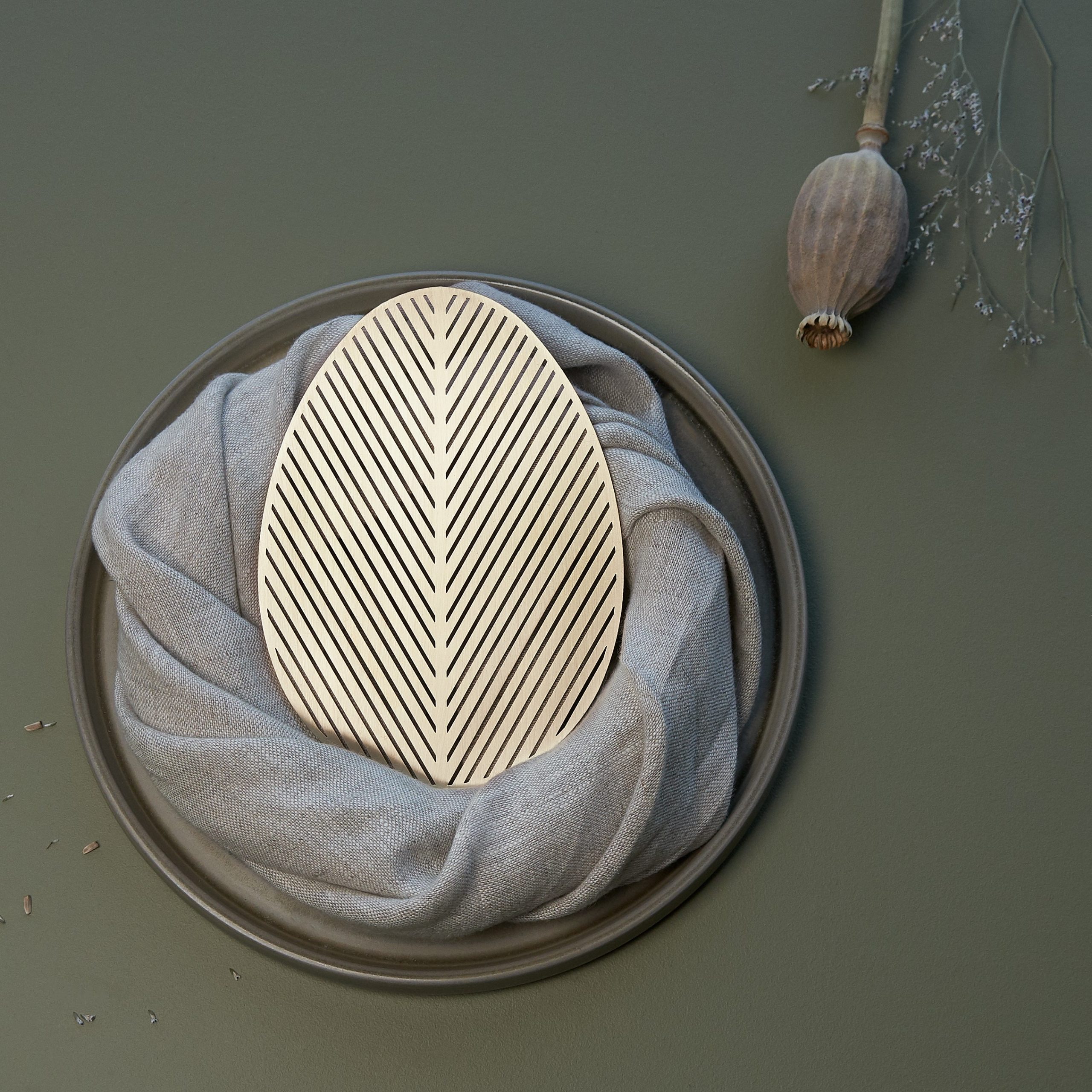 """Žalvariniai organinių formų padėkliukai """"VARVA"""", gamintojas """"Namuos"""", dizainerė, architektė Inga Urbonaitė - Vadoklienė."""